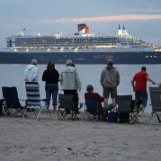 Queen Mary II vor Krautsand